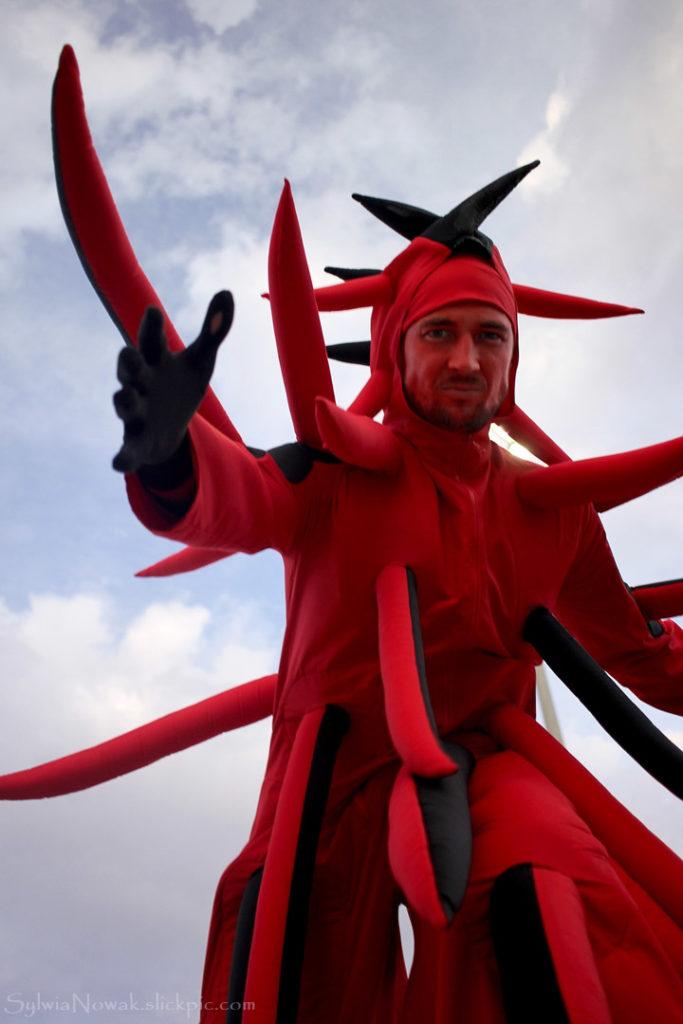 ходулист в красном костюме