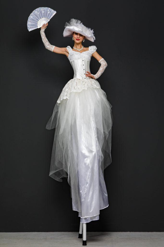 ходулистка в белом платье