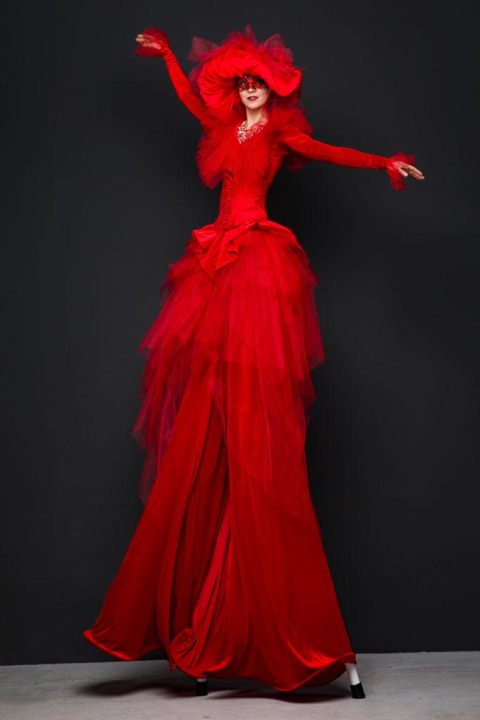 ходулистка в красном платье