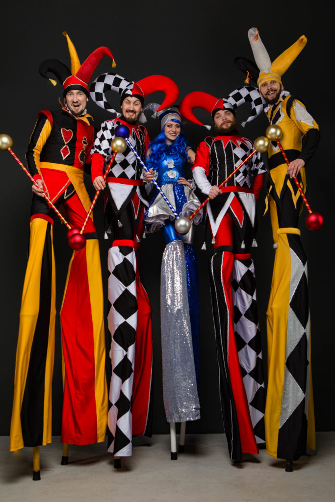 ходулисты в ярких костюмах