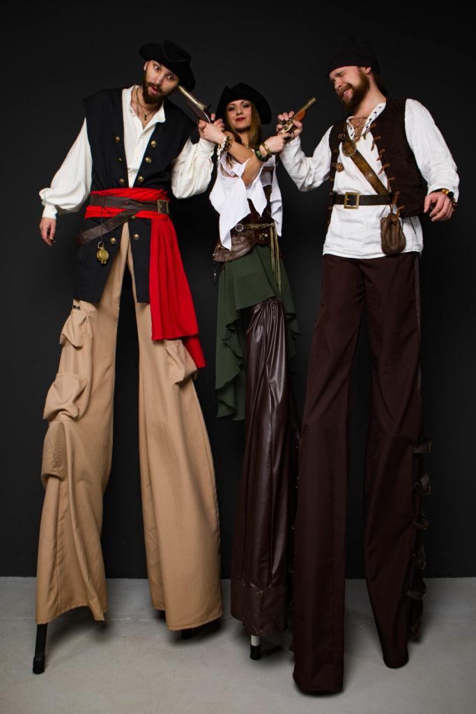 пираты и пиратка на ходулях