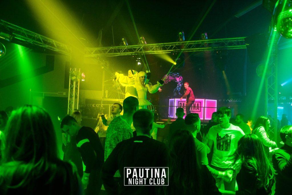 ходулисты в ночном клубе